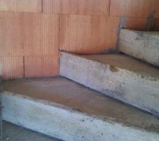 escalier beton contre mur exterieur