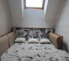 la tete de canape en adequation avec le rideau et le couvre lit