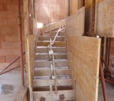 le coffrage de l escalier sous qq cm de neige un 16 mars