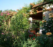 les rosiers et clematites apportent de l ombre et de la couleur