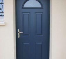 vue de la porte modele gervais mauka de teinte sablee bleu 700