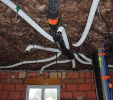 VMC double flux, tuyaux 90mm de chez énergi-O-naturel impeccable sauf 2 semaine 1/2 d'attente, souple, se coude a 90° sur seulement 30cm.