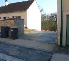La place de parking ainsi que le trottoir on été realisés ce matin comme prévu. Reste le coup de nettoyeur à haute pression.