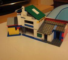 Une maquette de la maison en légo. On patiente comme on peut