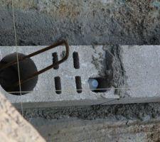 pose de la 1 ère pierre avec dans le trou a droite le tube commémoratif