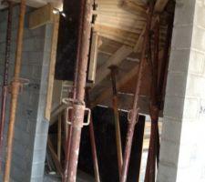Escalier venant du sous sol a l'étage. Il a été coulé