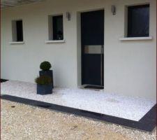L'entrée plus propre : béton, carrelage façon ardoise (pas encore collé) et gravier blanc de marbre