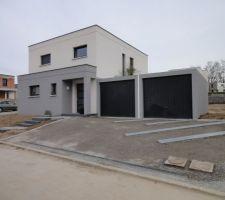 acces garage bordures en granit blanc et dalles 30x60cm pour former dessin dans le macadam qui arrive la semaine prochaine