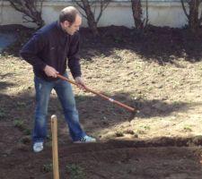On creuse pour placer les tuyeaux d'arrosage auto...