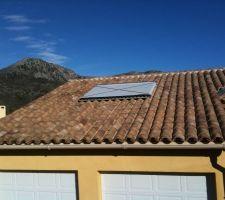 Le chauffe eau est en place sur le toit ! reste à enlever le carton de protection !