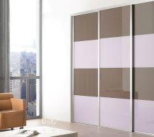 La couleur la plus foncée correspond à la couleur du verre  laqué ( Terra ) choisi pour les portes de placard du dressing avec des traverses et profils blanc laqué