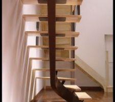 escalier a limon central en acier et marche en bois
