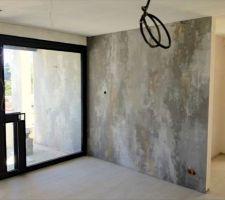 Mur décoratif à la chaux dans la pièce de vie