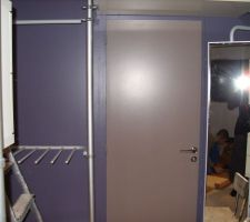 une vue depuis la chambre vers la salle d eau