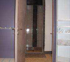 La vue depuis la chambre vers la salle d'eau et la douche parentale