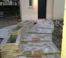 l allee en pierre de luzerne et les futures jardinieres recouvertes de pierre en parement