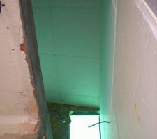 Trémie de l'escalier vers l'étage et sa fenêtre dédiée
