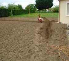 tranchees qui permettront d enterrer les tuyaux d arrosage