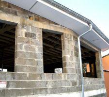 Vue de la façade Sud-Ouest, à noter ventilation en sous-face au lieu des chatieres