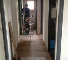 Travail de la peinture WC2 en cours et la pose du film chauffant et parquet dans le couloir