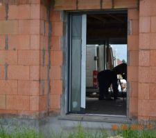 La partie semi fixe de la porte d'entrée!! la partie principale est encore protégée: on ne l'a pas vu