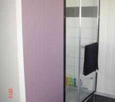 petit changement dans la salle de bain un petit mur aubergine clair