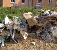 Dechets a evacuer: bois, cartons, palettes, plastique, pots de yaourts, bouteilles de biere etc etc