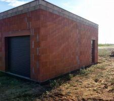 Garage avec la porte de service