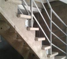 L'escalier du sous-sol. Solide sûrement mais peu esthétique.