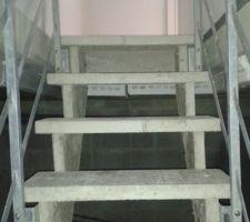 L'escalier du sous-sol. Il faut se tasser un peu pour ne pas se cogner la tête ;-(