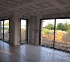 Vue du coin du salon, avec salle à manger à gauche