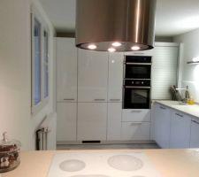 notre cuisine blanc laque cube electromenager gorenje et siemens plan de travail ceramique