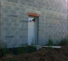 la porte de service qui donnera un jour sur un appentis de toit ou sera garee la seconde voiture