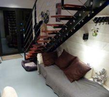 Le coin lounge sous l'escalier la zone tampon entre l'entrée et la piscine