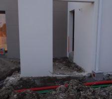 Pose des drains devant l'entrée et raccordement