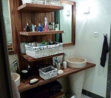 Le meuble en teck de la salle d'eau