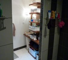 Une vue de la douche a l'italienne vers le meuble en tck du cotée de madame