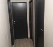 et voici le couloir de l etage avec les portes peintes en ral 7016
