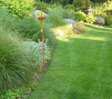 Arrosage de la pelouse au coucher du soleil. Pluviomètre