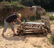 Nous nous lançons dans la tête de lit en bois de recup ! Après avoir récupérer les palettes des voisins, c'est le démontage !
