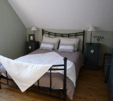 meubles anciens de la chambre d amis repeints avec la peinture pour bois liberon mat coloris zinc