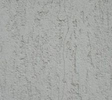 les raisons de cette fissure verticale au bout de 2 semaines mauvais humidification ou enduit trop mince ou trop epais bref mal pose
