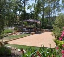 terrain de petanque et terrasse