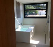salle de bain des filles douche et baignoire