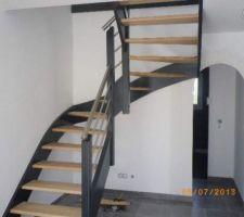 Finitions choisies pour l?escalier, rembarde et mains courante alu, laquage gris moyen, marche vernis incolore