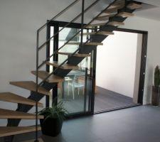 escalier limon central metallique et marches bois garde corps metalliques