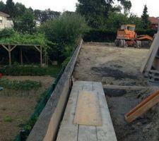 mur avec fondations pour soutenir la terre et rester avec le terrain bien plat