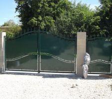Le portail est ENFIN posé malgré la chaleur. On est satisfait du résultat (Merci fiston pour ton aide!!!)