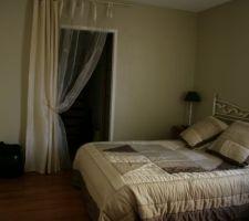 Une nouvelle photo de notre chambre. On a posé le même rideau   voilage qu'à la fenêtre pour dissimuler un peu le dressing tout en laissant l'accès dégagé. On a posé une grande toile face à notre lit pour meubler un peu ce mur trop vide (toile Ikea).