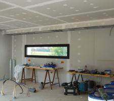 Vue sur la cuisine -on voit la démarcation du faux plafond pour la hotte